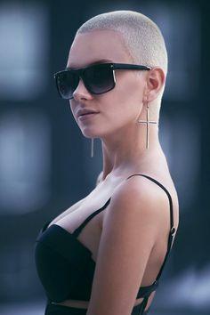 bald is beautiful Shaved Hair Women, Girls With Shaved Heads, Buzzed Hair, Faded Hair, Bald Women, Makes You Beautiful, I Love Girls, Cool Hairstyles, Sunglasses Women