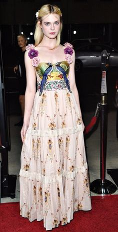 Elle Fanning so Beautiful in Lovely colourful casual wear 💓 Hot Sexy Blonde Beauty 💞 Lovely Beautiful Celeb Fashion 💖 Awesome Curvy American Actress Pretty Dresses, Beautiful Dresses, Dakota And Elle Fanning, Red Carpet Gowns, Red Carpet Fashion, Girly, Summer Looks, Celebrity Style, Celebrity Photos