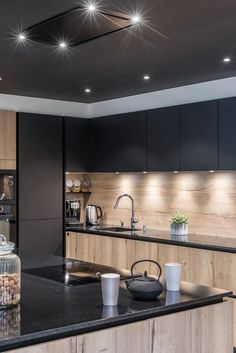 Here, the warm lighting is put at the service of a wood and walnut kitchen arrangement resolutely graphic. A designer kitchen with character . Kitchen Room Design, Modern Kitchen Design, Home Decor Kitchen, Kitchen Layout, Kitchen Furniture, Küchen Design, Home Design, Layout Design, Interior Design