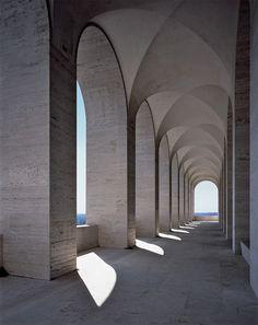Construit à la fin des années 1930, le Colosseo Quadrato devient le nouveau siège de la maison Fendi.