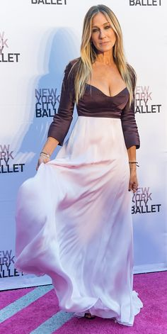 Sarah Jessica Parker brought her fashion-savvy self to the New York City Ballet's 2016 Fall Gala in a plum-and-pink Narciso Rodriguez silk gown. Sarah Jessica Parker Lovely, Carrie And Big, Kendall Jenner Outfits, Silk Gown, Kate Bosworth, Carrie Bradshaw, Celebrity Look, Red Carpet Looks, Red Carpet Dresses