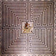 Le labyrinthe où Thésée tua le Minotaure. / The labyrinth where Theseus killed the  Minotaur. / Mosaïque. / Mosaïcs. / Villa Kérylos. / Reconstitution d'une demeure grecque. / Léguée à l'Institut de France par Théodore Reinach. / Architecte Emmanuel Pontrémoli. / Beaulieu sur mer. / France.