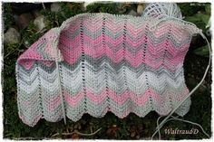An effective but very easy to knit scarf .- Einen wirkungsvollen, aber sehr einfach zu strickenden Schal, stelle ich Euch he… An effective, but very easy to knit scarf, I present to you today. The points are not a big customer … - Baby Knitting Patterns, Lace Knitting, Knitting Socks, Crochet Lace, Diy Couture, Learn How To Knit, Knitting For Beginners, Free Pattern, Drops Design