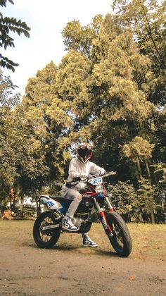 Girls Tumbler, Motocross Bikes, Bad Girl Aesthetic, Tumblr Boys, Ulzzang, Trail, Boyfriend, Mens Fashion, Celebrities