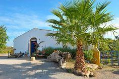 Description: Unieke vakantiehuisjes met zwembadvoor comfortabel logeren bij de boer in het mooie achterland van de Algarve. Landelijk leven op zijn best in de vakantiehuizen van Quinta da Fornalha Zover het oog reikt strekken de velden met sinaasappel- amandel- vijgen- en olijfbomen zich uit. Ik ben in Quinta da Fornalhavlakbij het dorp CastroMarimin het uiterste Oostenvan de Algarve niet ver van de Portugees-Spaanse grens. Dit is landelijk leven op zijn best. Op maar liefst 12 hectare…