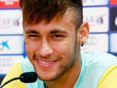 Neymar projeta gol contra o Santos: 'Tomara que eu comemore muito' Brasileiro concede entrevista coletiva durante primeira semana no clube e mostra ansiedade para atuar no Camp Nou, na sexta-feira 02/08/2013, contra o Peixe. Um sorriso a cada resposta: Neymar em entrevista coletiva no Barcelona (Foto: Agência Reuters).