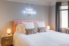 Com tons de rosa, branco e cinza, a decoração cria um ambiente sereno para quebrar a rotina agitada da moradora