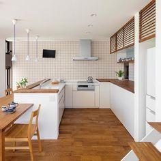 L型の対面キッチン。ゆったりとっているので大勢でキッチンにたつことができます。収納もしっかり確保し実用性、機能性、デザイン、どれもバランスのとれた配置になっています。 #注文住宅#新築#家#マイホーム#住宅#無垢材#オーク#キッチン#ダイニング#L型キッチン#スキップフロア#ペンダントライト