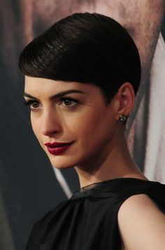 anne hathaway - Proof of what a good hair style can do for a pretty average face. Anne is very pretty, but with short hair she's a bomb! Celebrity Short Hair, Celebrity Beauty, Celebrity Hairstyles, Pixie Hairstyles, Short Hairstyles For Women, Bob Haircuts, Anne Hathaway Pixie, Anne Jacqueline Hathaway, Short Hair Cuts