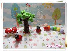 conjunto das 5 peças do jardim encantado, contendo: *1 cogumelo duplo 6cm; *2 joaninhas 5cm; *1 árvore 10cm; *1 centopeia 8cm podem ser personalizados. para compor enfeite de bolo.  PRODUTO FEITO SOB ENCOMENDA.  DEVIDO AO GRANDE NUMERO DE ENCOMENDAS O PRAZO PARA ENTREGA DEVERÁ SER CONSULTADO ANTES DA COMPRA .  SE TIVER INTERESSE EM OUTROS MODELOS, CONSULTE  A POSSIBILIDADE DE FAZER E O VALOR.  *Mais fotos no blog:  http://vivianemeyer.blogspot.com/  *PEDIDOS FEITO POR DEPÓSITO EM CONTA 10% DE...