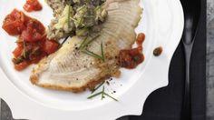 Bretonische Spitzenköche standen Pate bei dieser aromatischen Fischköstlichkeit: Rochenflügel mit Kapernsauce und Oliven-Kartoffelpüree | http://eatsmarter.de/rezepte/rochenfluegel-kapernsauce