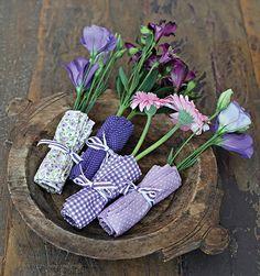 Enroladas em retalhos de tecido, as flores dão bossa a qualquer mesa