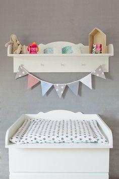 Alle Eltern wissen, wie wichtig ausreichend Platz und Ablagemöglichkeiten rund um den Wickeltisch sind. Damit alles farblich und stylisch miteinander harmonisiert, haben wir, passend zur unseren...