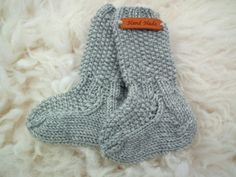 Villasukat vauvalle - ohje Knitting Socks, Baby Knitting, Knit Socks, Best Baby Socks, Brazilian Embroidery, Boot Cuffs, Fun Projects, Diy Clothes, Knit Crochet