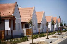 Értékőrző külsejű új építésű házak Devecserben. Cottage House, Hungary, Countryside, Architecture Design, Traveling, Houses, Group, Mansions, Future