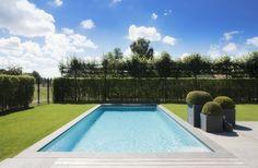 Monoblok buitenzwembad aanleggen in strakke tuin