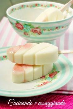 Frozen yogurt con sciroppo di lampone su stecco