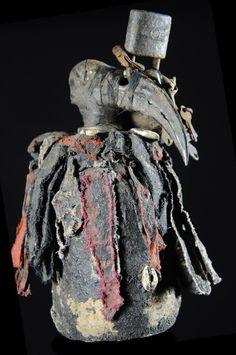 Au sommet du panthéon des dieux Vodou règne Mawu, le dieu suprême entouré de dieux apparentés, les Lwa. Tous sont représentés à l'exception de mawu. Ils prennent la forme de fétiche : pierres, plantes, pièces de métal, statues, bâtons, monticules de terre, bouteilles, pots, ou un composite de plusieurs matériaux. Ils assurent la protection des biens du foyer ou de la communauté, chassant la maladie ou toute sorte de fléaux. Ces fétiches sont des objets sacrés dans lesquels ...