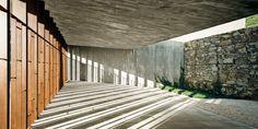 Patio. Tanatorio en el cementerio de Sant Joan Despí, por Batlle i Roig arquitectes. Fotografía © Jordi Surroca. Señala encima de la imagen para verla más grande.