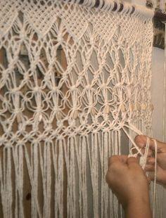 """Hoje vou falar de uma técnica de tecer fios que se chama Macramê, e que serve de inspiração para muito trabalho de design. O que é o Macramê? Uma técnica de tecer fiosque não utiliza nenhum tipo de maquinaria ou ferramenta. É uma forma de tecelagem manual. Trabalhando com os dedos, os fios vão se cruzando e ficam presos por nós, formando cruzamentos geométricos, franjas e uma infinidade de formas decorativas. O macramê tem duas formas mais conhecidas de trançado: o ponto """"festonê"""" e o ponto…"""
