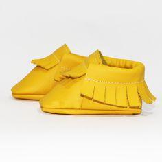 Gelber Baby Mokassin (Seitenansicht) - Unsere Mokassins sind aus echtem Leder, komplett frei von Chrom VI und wunderbar weich – so passt er sich perfekt Baby- und Kinderfüßchen an. Dank des praktischen Gummizugs wird das An- und Ausziehen für Eltern zu einem Kinderspiel. Die Herstellung findet im Herzen von Hamburg statt.