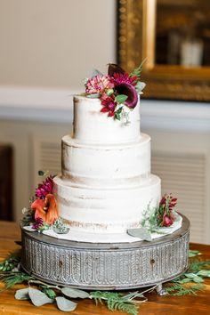 Semi naked buttercream cake with fresh flowers Fall Wedding Colors, Purple Wedding, Gold Wedding, Floral Wedding, White Wedding Cakes, Wedding Cakes With Flowers, Wedding Cake Designs, Wedding Cake Toppers, Fresh Flower Cake