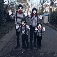Make costumes for families- Kostüme für Familien selber machen Inspiration, many examples and all the accessories to make your own costumes for families! Mime Costume, Circus Costume, Costume Works, Carnival Costumes, Kitty Costume, Funny Costumes, Family Costumes, Diy Costumes, Diy Carnival