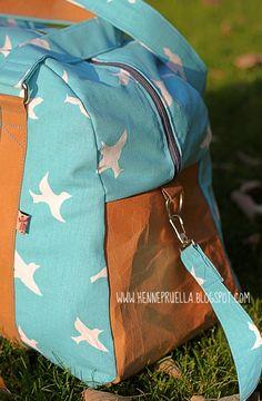 Pruella Naehen Weekender Sporttasche Reisetasche Diy Duffle Bag, Tote Bag, Bags Online Shopping, Online Bags, Diy Old Jeans, Bag Patterns To Sew, Sewing Patterns, Handmade Handbags, Denim Bag