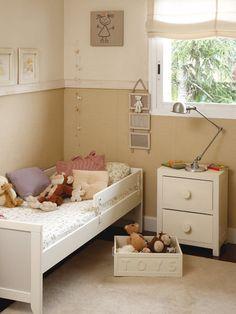 Dormitorio infantil con cama, mesilla y zócalo de papel