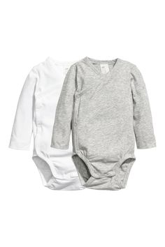 Long-sleeved wrapover bodysuits in soft pima cotton jersey with snap fasteners at one side and at gusset. H&m Fashion, Fashion Online, Unisex Baby Clothes, Baby Boy Outfits, Neue Trends, Long Sleeve, Cotton, How To Wear, Bodysuits