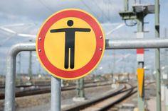 Gefährliche Spiele - Kinder springen über die Gleise