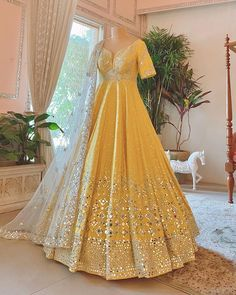 Indian Gowns Dresses, Indian Fashion Dresses, Dress Indian Style, Indian Designer Outfits, Wedding Lehenga Designs, Designer Bridal Lehenga, Indian Bridal Outfits, Mehendi Outfits, Bridal Mehndi Dresses