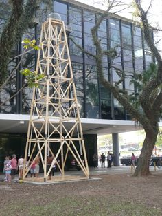 """Torre externa de 10 metros de altura , composta de caixa d'água e 4 duchas. A água é captada através de um """"gato""""[ligação clandestina] que a artista Nydia Negromonte fez diretamente na caixa d'água matriz que alimenta e abastece todo o Pavilhão."""