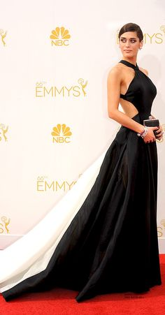 Lizzy Caplan in Donna Karan Atelier. Emmys 2014. All the right classic trends