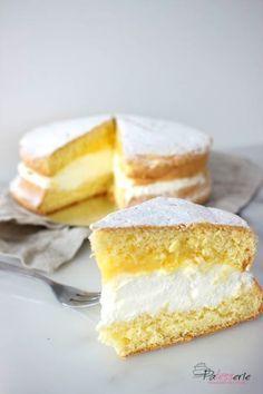 De sneeuwster is een echte nederlandse klassieke taart gevuld met slagroom en advocaat. Je maakt een sneeuwster eenvoudig zelf.