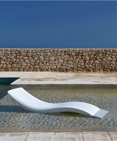 The Cloe is a sunbed of the Italian Design brand MyYour. It is a beautiful sunbed of Polyethylene for in your garden, by the pool, on the beach or in a Spa. Modern Pool House, Modern Pools, Outdoor Spaces, Indoor Outdoor, Outdoor Decor, Company Structure, Cloud Lamp, Outdoor Brands, Palembang