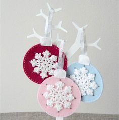 Crochet snowflake felt bauble decoration - could do pillows, etc. Christmas Craft Projects, Handmade Christmas Decorations, Holiday Crafts, Christmas Baubles, Felt Christmas, Christmas Time, Crochet Christmas, Xmas, Felt Crafts