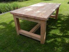 Douglas houten robuuste tafel Diy Garden Table, Patio Table, Diy Patio, Diy Table, Simple Outdoor Kitchen, Rustic Kitchen Tables, Diy Farmhouse Table, Diy Wooden Projects, Woodworking Projects Diy