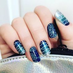 Just wow this #manicure blows me completely away. #blueombre #glittery love with #seasidesparklejn and #aquafleurjn - which is retired but is this not adorable?