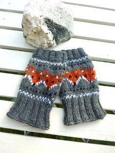 Ravelry: Pulsvarmere med rever/ Fox wristwarmers pattern by MaBe Knitting Charts, Knitting Patterns, Crochet Patterns, Knitting Ideas, Knit Mittens, Knitted Gloves, Fox Pattern, Wrist Warmers, Fair Isle Knitting