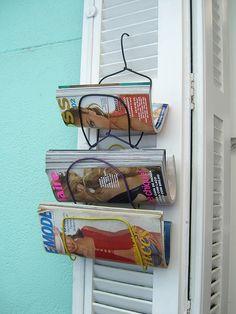 Porte revues faits avec des cintres.