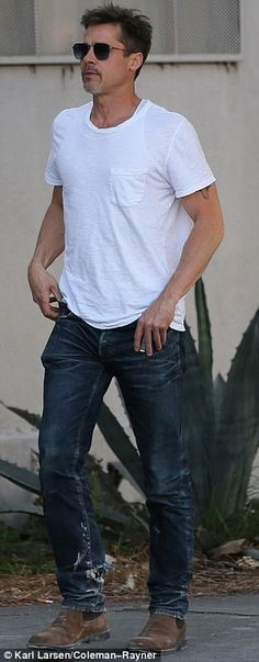 Brad Pitt channels James Dean in his blue jeans and white shirt combo Best White Jeans, White Jeans Outfit, Dress Up Jeans, T Shirt And Jeans, Jeans And Boots, Blue Jeans, Brat Pitt, Jolie Pitt, Hollywood Glamour