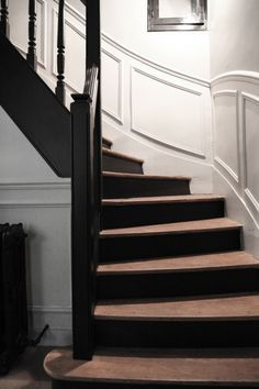 Pure and simple design in this Parisian interior Laure Vial du chatenet et Bertrand, Marie 16 ans, Blanche 10 ans et César 4 ans. Entry Stairs, House Stairs, Staircase Landing, Wood Stairs, Black Stairs, Painted Stairs, Painted Wood, House Painting, Stairways