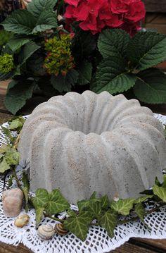 Zementkuchen - Anleitung zum Selbermachen:  http://gartendeko-blog.blogspot.de/2013/05/selbstgemachtes-aus-zement.html