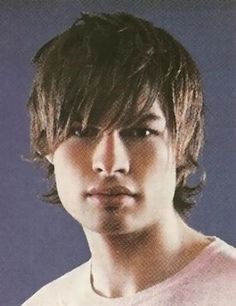 layered+men+medium+hairstyle+with+long+layered+front+bang+and+one+side+a+bit+longer+than+the+other+side.jpg (308×400)