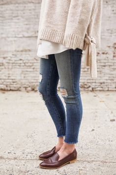 Easy Style Hacks for Your Spring Wardrobe - Loafers Outfit - Ideas of Loafers Outfit - Chop off the bottoms of your jeans to rock that trendy frayed hem Style Désinvolte Chic, Style Casual, Mode Style, Simple Style, Casual Chic, Style Me, Looks Street Style, Looks Style, Outfit Loafers
