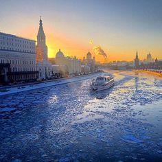 Москва-Февраль-Теплоход идет по Москве реке. Типичная зима. #москва #теплоход #кремль #большоймоскворецкиймост #зима2017 #солнцеесть #ставьлайк