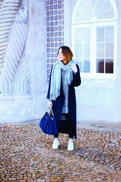 http://whoismocca.com weiße Sneaker kombinieren, Lookbook, Streetstyle Lisbon, perfekte Lederhose, Beuteltasche Zara, Strick Cardigan, Frühlings Outfit, Fashion Blogger