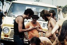 """Era 1969 e uma multidão de jovens e de toda sorte de pessoas """"invadiu"""" a fazenda de Max Yasgur para participar de um festival que já nascia lendário. Woodstock ficou conhecido como monumento à liberdade, à paz e à música."""