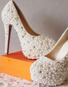 Las perlas cubren totalmente estos zapatos...